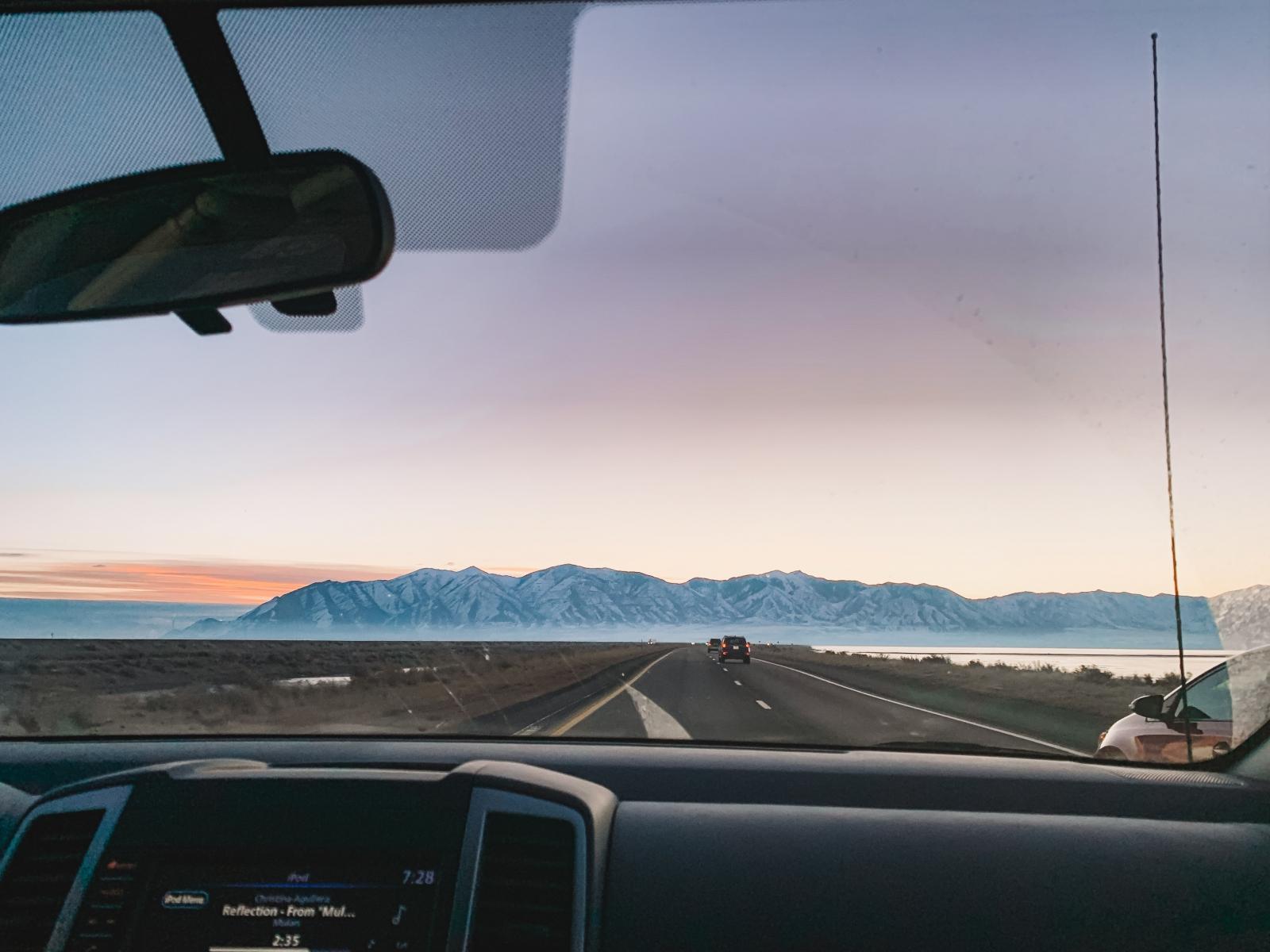 【汽車專知】擋風玻璃上的黑點是什麼?有什麼功用呢?