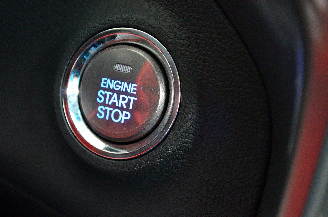 【汽車專知】鑰匙要一次轉到底還是分段轉呢?怎麼發動汽車比較好?